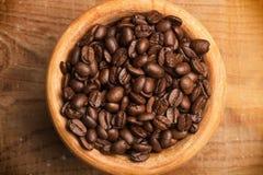 Kaffeebohnen in einer Schüssel lizenzfreies stockbild