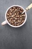 Kaffeebohnen in einer Schale Lizenzfreies Stockfoto
