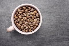 Kaffeebohnen in einer Schale Stockfotos