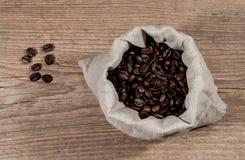 Kaffeebohnen in einer Tasche Lizenzfreie Stockfotografie