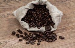 Kaffeebohnen in einer Tasche Lizenzfreie Stockbilder