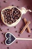 Kaffeebohnen in einer Tasche Stockbilder