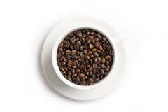 Kaffeebohnen in einer weißen Schüssel Lizenzfreie Stockfotos