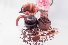Kaffeebohnen für Tropfenfängerkaffee und schwarzen Kaffee im Glas J lizenzfreie stockfotografie