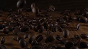 Kaffeebohnen fallen langsam stock video footage