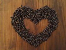 Kaffeebohnen in Form des Herzens Stockbilder