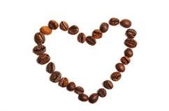 Kaffeebohnen in Form des Herzens auf einem weißen Hintergrund Stockbild