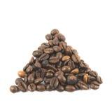 Kaffeebohnen in Form eines Dreiecks auf einem weißen Hintergrund Lizenzfreie Stockfotografie