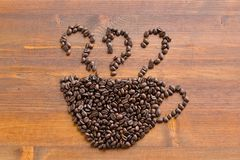Kaffeebohnen in Form eines Tasse Kaffees Stockfotos