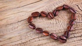 Kaffeebohnen in Form gesetzt vom Herzen Stockbild