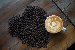 Kaffeebohnen geformt wie ein Herz Stockfoto