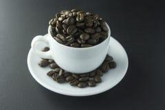 Kaffeebohnen gemahlener Kaffee und Schale vom schwarzen Kaffee Stockbild