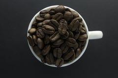 Kaffeebohnen gemahlener Kaffee und Schale vom schwarzen Kaffee Lizenzfreie Stockfotos
