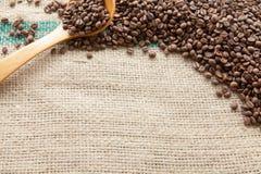 Kaffeebohnen gesehen von oben stockbild