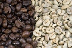 Kaffeebohnen Grün und gebraten Stockfoto