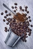 Kaffeebohnen heraus verschüttet auf Hintergrund Lizenzfreie Stockfotos