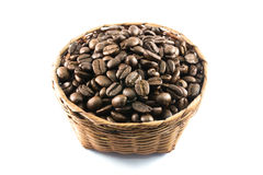 Kaffeebohnen im Bambuskorb Lizenzfreie Stockfotos