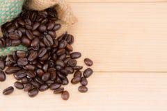 Kaffeebohnen im Beutel Stockbild