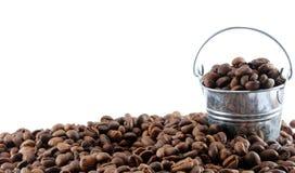 Kaffeebohnen im Eimer Stockbild
