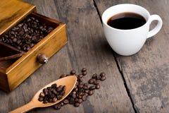 Kaffeebohnen im Fach Lizenzfreie Stockfotos
