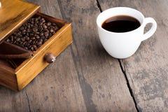 Kaffeebohnen im Fach Stockfoto