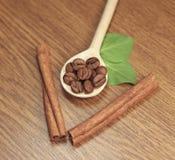 Kaffeebohnen im hölzernen Löffel Stockfotografie