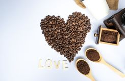 Kaffeebohnen im Kaffeeherzen formten lizenzfreie stockbilder