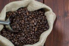 Kaffeebohnen im Leinwandsack Stockfoto
