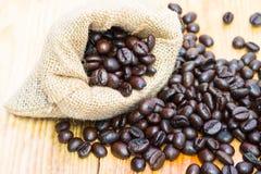 Kaffeebohnen im Leinwandsack Stockfotos