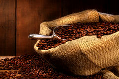 Kaffeebohnen im Leinwandsack Stockbild