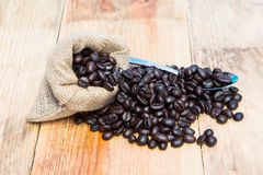 Kaffeebohnen im Leinwandsack mit Löffel Lizenzfreie Stockfotos