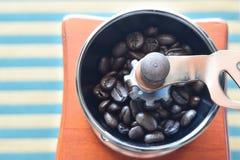 Kaffeebohnen im manuellen Schleifer Lizenzfreies Stockfoto