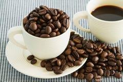 Kaffeebohnen im weißen Cup Stockbild