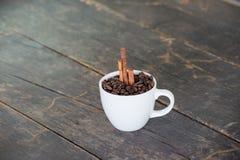 Kaffeebohnen im weißen Cup Stockfoto