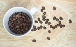 Kaffeebohnen im weißen Cup Lizenzfreies Stockbild