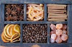 Kaffeebohnen, japanische Orangen und Gewürze Stockfotos