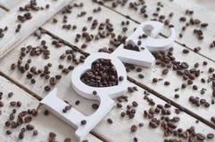 Kaffeebohnen, Kaffee, Liebeskaffee, Plätzchen, weißer Hintergrund, hölzerner Hintergrund stockbild