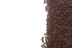 Kaffeebohnen lokalisiert auf einem Weiß Lizenzfreie Stockfotos