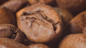 Kaffeebohnen, Makroschießen mit Annäherung stock footage