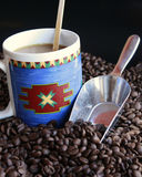 Kaffeebohnen mit Cup Stockfoto