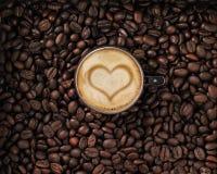 Kaffeebohnen mit Cup und Sahne mit Innerem Lizenzfreie Stockfotos