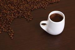 Kaffeebohnen mit einem Kaffee im weißen Cup Stockfoto