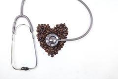 Kaffeebohnen mit einem Stethoskop Lizenzfreies Stockbild
