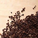 Kaffeebohnen mit Exemplarplatz stockfotos