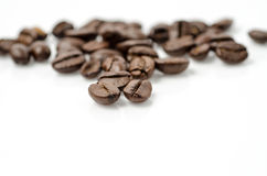 Kaffeebohnen mit extrem flachem dof: Beschneidungspfad eingeschlossen. Lizenzfreies Stockbild