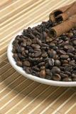 Kaffeebohnen mit Gefäßen des Zimts Lizenzfreies Stockbild