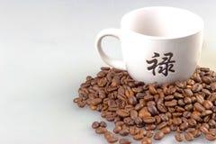 Kaffeebohnen mit Kaffeetasse Lizenzfreie Stockfotos