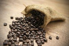 Kaffeebohnen mit Sack Stockfotos