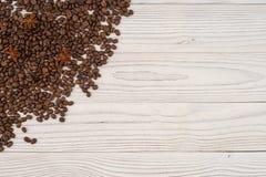 Kaffeebohnen mit Sternanis auf alter weißer Tabelle Lizenzfreie Stockfotografie