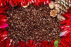 Kaffeebohnen mit Weihnachtsrahmen/-grenze Stockbild